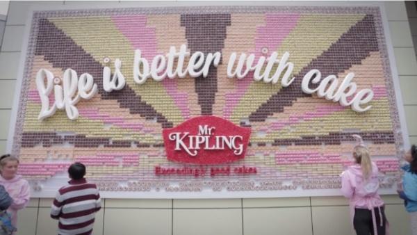 Publicidad exterior imaginativa: una valla hecha con pastelitos