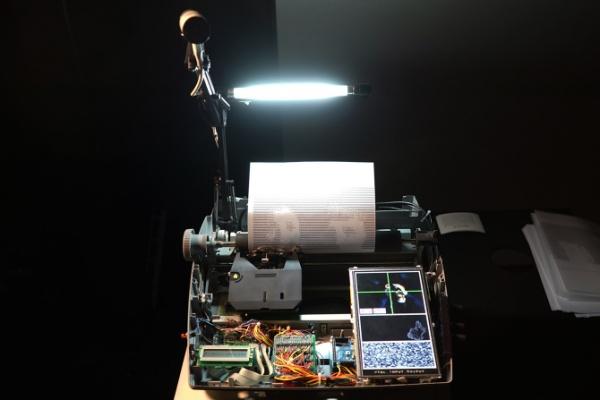 Máquina de escribir que imprime selfies